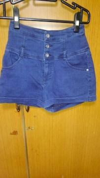 �B紺のショートパンツ