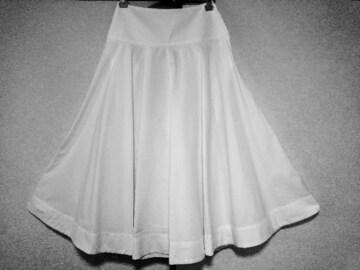 ユニクロ*たっぷりフレアースカート*白