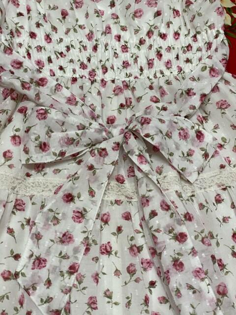 レストローズ☆可愛いリボン付きホワイト×ピンク薔薇柄ワンピ < ブランドの
