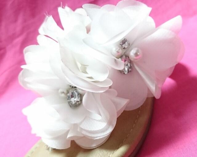 attagirl白ボリュームフラワートングサンダルぺたんこSホワイト花ビジュー < 女性ファッションの
