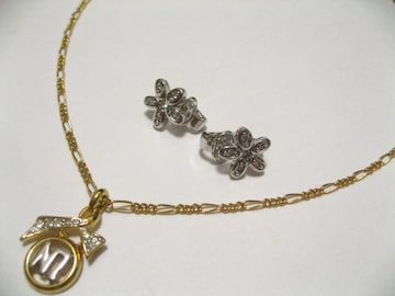 NINA RICCIニナリッチ.ゴールドカラーデザインネックレス&プラチナカラー花のイヤリングのセット