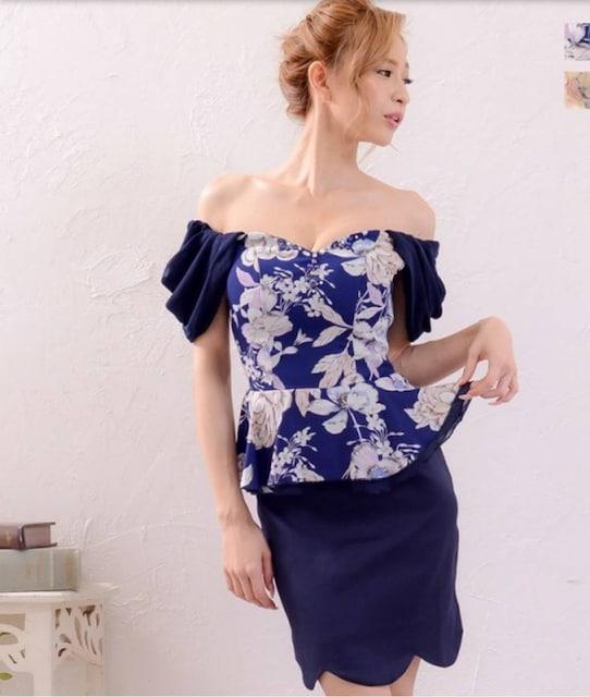 000062 オフショル ペプラムロマンス花柄胸元ビジューフラワーカットミニドレス < 女性ファッションの