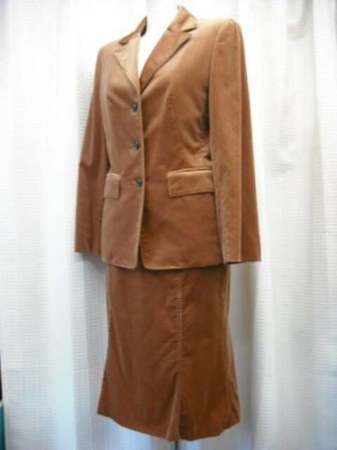 【オンワード樫山】ブラウンベルベットのフレアースカートスーツ  < 女性ファッションの
