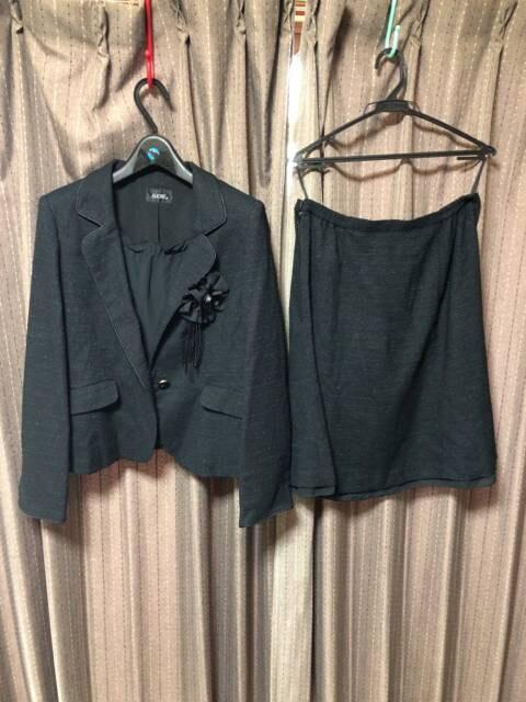 コサージュ&リボンブローチ付きラメ入りスーツ卒園卒業  < 女性ファッションの