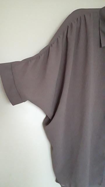 新品未着品 シースルー生地五分袖ブラウス < 女性ファッションの