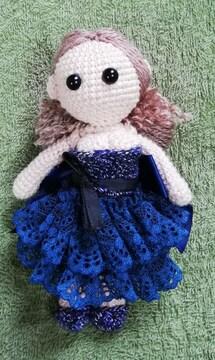紺のドレスを着た女の子