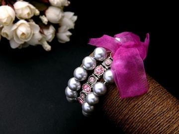 新品 アンティーク調ローズストーンと銀色パール3連ブレスレット