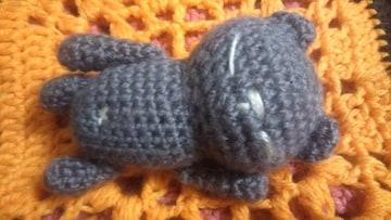手編みのあみぐるみ、のんびりクマ