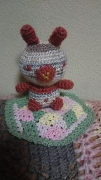 手編みのあみぐるみ、3色ウサギと六角座布団