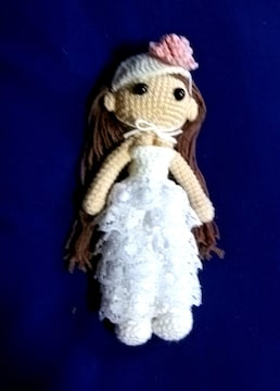 白のウェディングドレスの女の子
