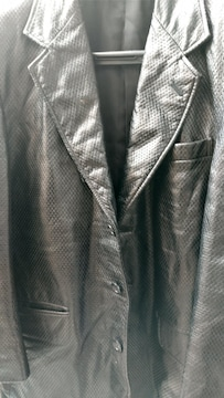 爬虫類柄黒ジャケット。
