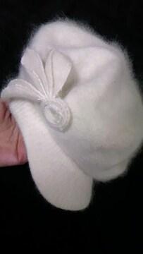 美品〓フラワーリーフコサージュ&フワフワモヘアニット鍔ツバ付きベレー帽子〓白ホワイト