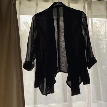 黒シャツ羽織りカジュアルにもフォーマルにも