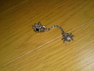 シルバー925 蜘蛛がユラユラ揺れるブラック