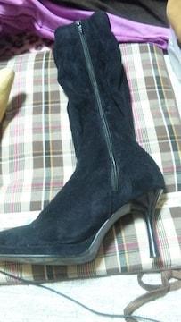黒いベロアのブーツ