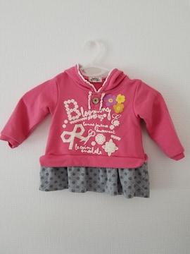 濃いピンクに裾グレー水玉フリル付き前に飾りボタン長袖トレーナ90