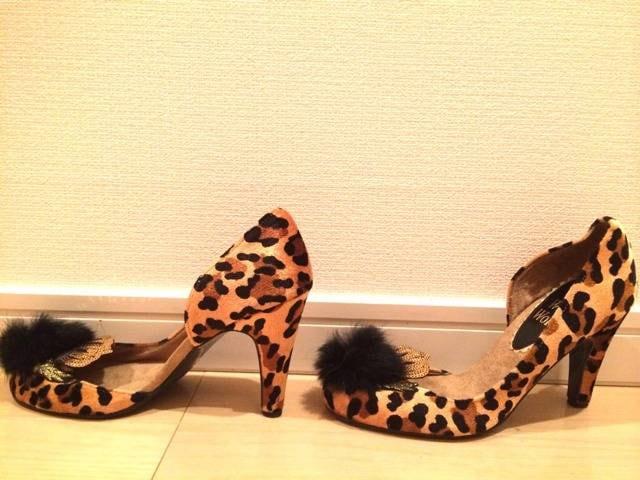 レオパードアニマル黒ファースパンコールゴールド冠パンプス豹柄 < 女性ファッションの