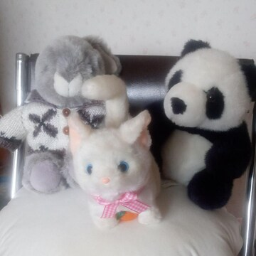 ウサギのぬいぐるみとパンダのぬいぐるみとネコのおもちゃ