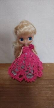 プチブライスチェリーピンクのレース編みドレス
