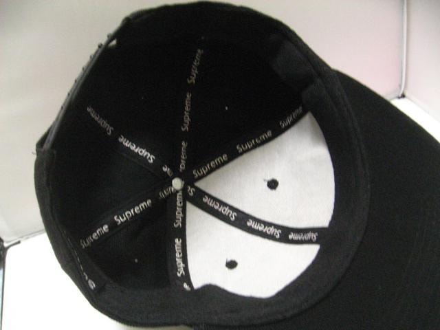 世界人気Supreme.ブラック&赤白刺繍ロゴのツバ付ベースボールキャップ帽子 < 男性ファッションの