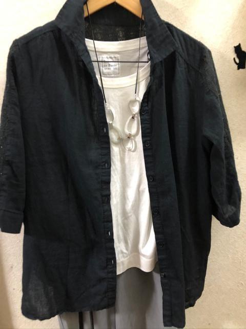 LL肩レース綿麻黒七分袖シャツ < 女性ファッションの