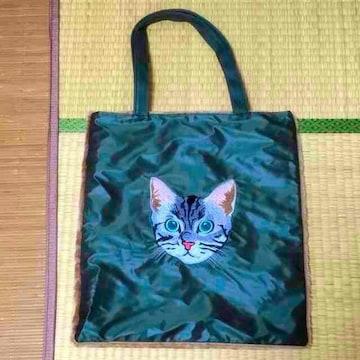 サバトラ猫フェイス刺繍片側ファー切替トートバッグ。カーキ