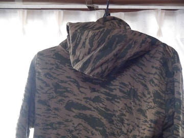 OXFAMのハイネックシャツ(M)グリーン迷彩柄 おしゃれ!。