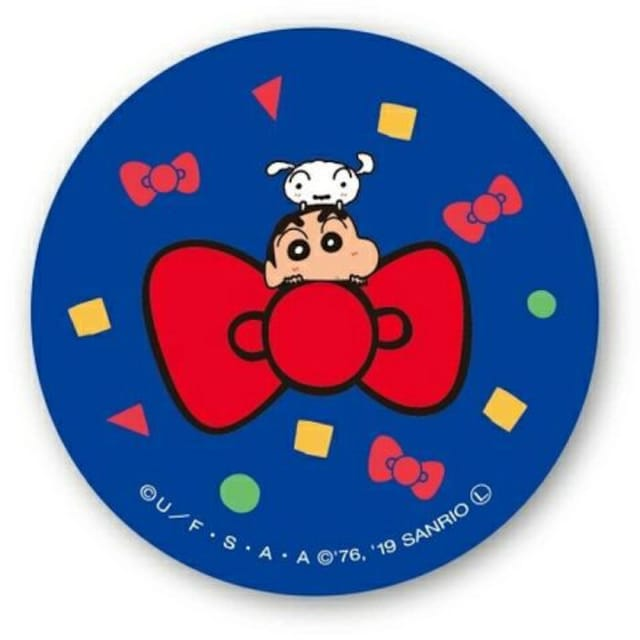 送料無料ハローキティ×クレヨンしんちゃん缶バッジしんちゃんB  < アニメ/コミック/キャラクターの