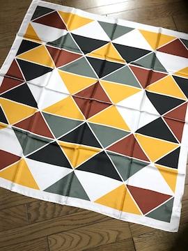 アダムエロペカーキマスタード茶幾何学模様モダンシルクスカーフ
