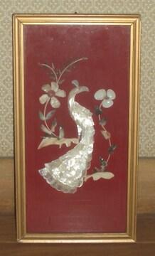 輝石や貝殻で作成された額入り鳥と花のオブジェ
