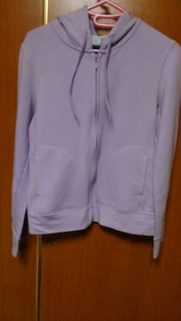 �A 淡い藤色のパーカー