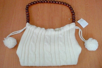新品*タグ*ホワイトニットハンドバッグ*巾着型白&持ち手木ビーズ