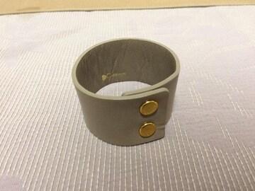 新品未使用レザーバングル腕輪ブレスレットグレー
