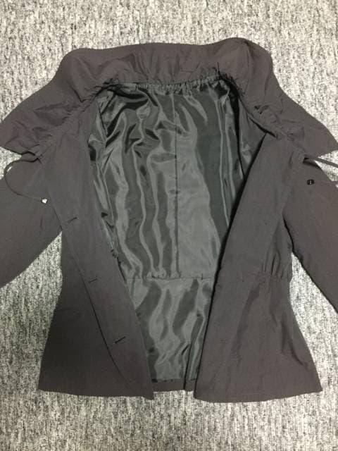 チャコールグレー 大きな襟がお洒落な軽量ジャケット Lサイズ < 女性ファッションの