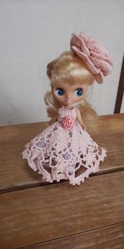 プチブライスベージュピンクのレース編みドレス