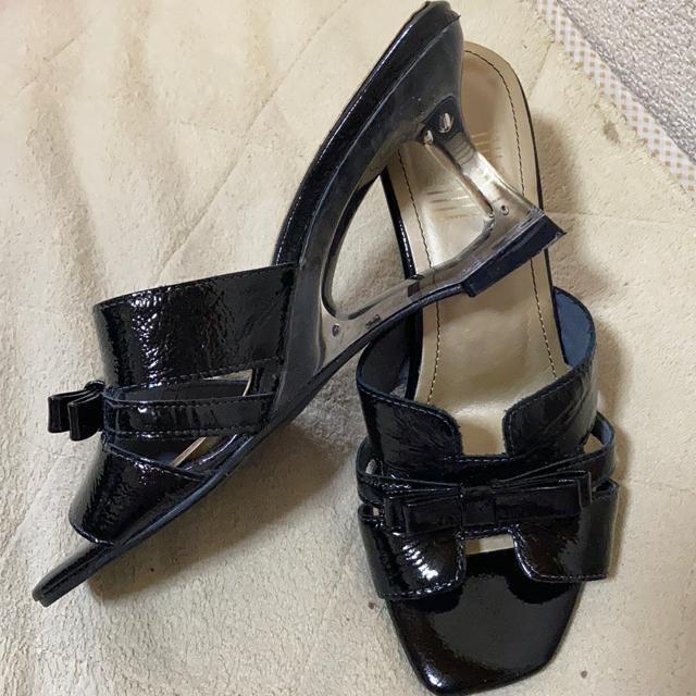 blanc/bleu 黒エナメルサンダル ミュール S < 女性ファッションの