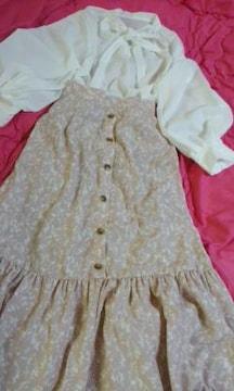 ボウタイリボン結びやや透け素材ブラウスとemsピンク色の花柄スカート