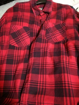 赤色の長袖チェックシャツ