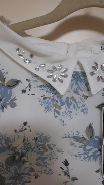 新品 襟元キラキラのビジューと花柄が可愛いトップス < 女性ファッションの