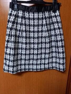 �A 黒と白のスカート