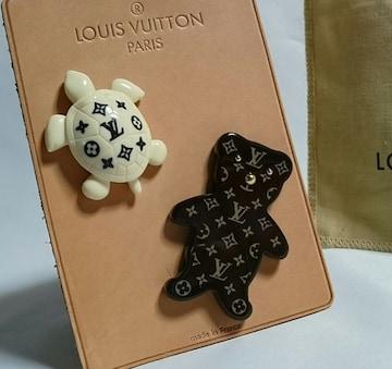 正規美レア Louis Vuittonルイヴィトン モノグラム LVロゴ カメ×ベア ブローチ セット