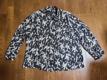 送料無料/大きいサイズ3L肩パット入りブラックユリ花柄襟無ホし長袖ブラウス