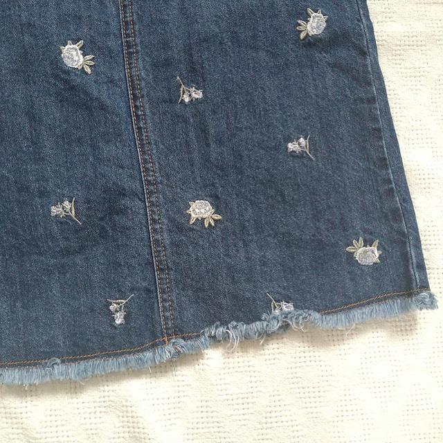 バラの刺繍がかわいい裾切りっぱなしデニムスカート < 女性ファッションの