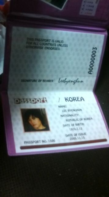 イ・ビョンホン写真入りパスポートケース < タレントグッズの