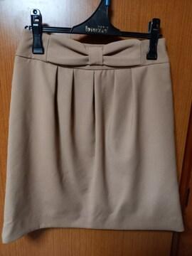 �A 淡い茶系のスカート