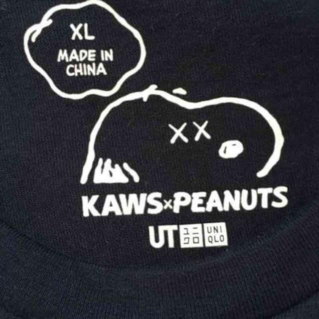 カウズ×ピーナッツ・スヌーピーイラスト柄Tシャツ。XLネイビー < ブランドの