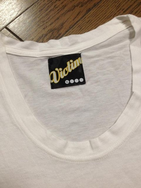 美品Victim プリントTシャツ 日本製 ビクティム < ブランドの